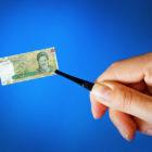 تورم − پول ایرانی، مدام به لحاظ ارزش کوچکتر میشود. عکس از Shutterstock