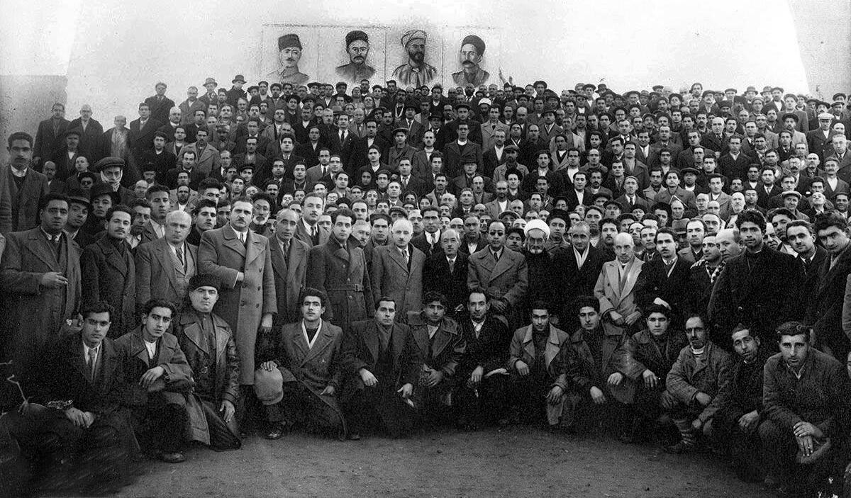 جمعی از فعالان و رهبران فرقه دمکرات آذربایجان، زیر عکس ستارخان، خیابانی، باقرخان و حیدرخان عمواوغلی