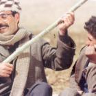 صمد بهرنگی (۱۳۱۸-۱۳۴۷)، معلمی که عمرش را وقف آموزش بچههای روستایی در آذربایجان کرد. داستان نویس برای بچه ها، پژوهشگر فولکلور آذربایجانی و منتقد اجتماعی بود. مرگ زودهنگامش در ۲۹ سالگی، وی را اسطوره مقاومت کرد. در تعبیر مرگ صمد، جلال آل احمد مینویسد:«میخواهم چو بیندازم که صمد عین آن ماهی سیاه کوچک از راه ارس خود را به دریا رسانده است تا روزی از نو ظهور کند». منبع عکس: https://qazidjahan.blogsky.com