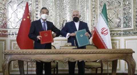 وانگ یی، وزیر امور خارجه چین (چپ) در کنار محمد جواد ظریف، وزیر خارجه ایران